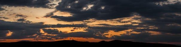 在领域或草甸的自然日落日出 明亮的剧烈的天空和黑暗的地面 库存照片