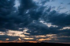 在领域或草甸的自然日落日出 明亮的剧烈的天空和黑暗的地面 免版税图库摄影