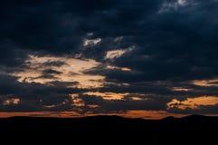 在领域或草甸的自然日落日出 明亮的剧烈的天空和黑暗的地面 免版税库存图片