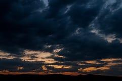 在领域或草甸的自然日落日出 明亮的剧烈的天空和黑暗的地面 库存图片