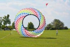 在领域的五颜六色的风筝 免版税图库摄影