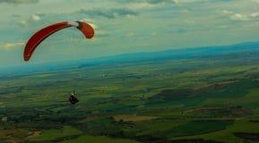 在领域的人飞行 免版税库存图片