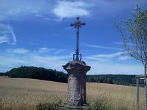 在领域的十字架 免版税库存照片