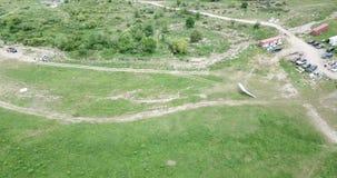 在领域的危险和危险的登陆的滑翔机 尖锐部署了悬挂式滑翔机 股票录像