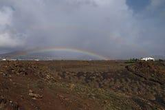 在领域的双重彩虹 免版税库存照片