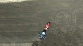 在领域的工作拖拉机 股票录像