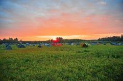 在领域的帐篷在日落期间 免版税库存照片