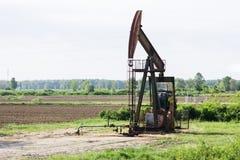 在领域的抽油装置工作 免版税库存图片