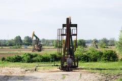 在领域的抽油装置工作 库存图片