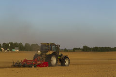 在领域的拖拉机在农业操作 免版税库存照片