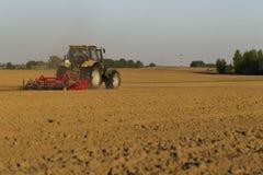 在领域的拖拉机在农业操作 库存照片