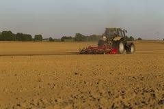 在领域的拖拉机在农业操作 免版税库存图片