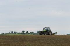 在领域的拖拉机在农业操作 库存图片