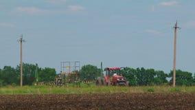 在领域的拖拉机种植农作物 影视素材