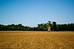 在领域的拖拉机 免版税库存图片