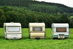 在领域的旅行拖车 免版税库存图片
