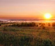 在领域的日出与雾 免版税图库摄影