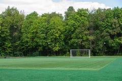 在领域的橄榄球目标与人为草皮在城市公园 免版税库存照片