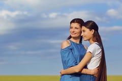 在领域的母亲和女儿容忍 库存图片