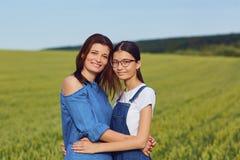 在领域的母亲和女儿容忍 图库摄影