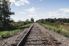 在领域的火车路轨 免版税图库摄影