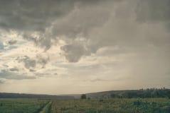 在领域的灰色多雨多云风景在谷 免版税库存照片