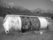 在领域的生锈的农厂筒仓 免版税库存照片