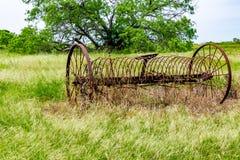 在领域的生锈的老得克萨斯金属农场设备 免版税库存照片