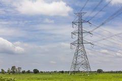 在领域的电力输送在反对t的冬天 库存图片
