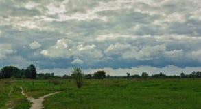 在领域的美好的简单的天空天际 库存图片