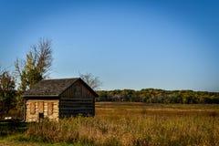 在领域的老原木小屋在威斯康辛 免版税库存图片