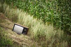 在领域的老打破的电视 免版税库存照片
