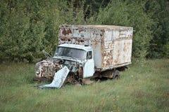 在领域的老被放弃的卡车 免版税图库摄影
