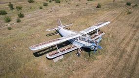 在领域的老被放弃的飞机 顶视图 图库摄影