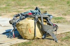 在领域的老降伞背包 免版税库存照片