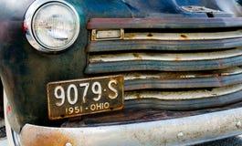 在领域的老abandonded卡车founf 免版税库存图片