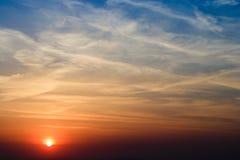 在领域的自然日落日出 明亮的剧烈的天空和黑暗的地面 在风景五颜六色的天空温暖的颜色下的风景 免版税库存照片