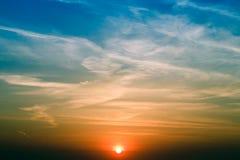 在领域的自然日落日出 明亮的剧烈的天空和黑暗的地面 在风景五颜六色的天空温暖的颜色下的风景 免版税库存图片