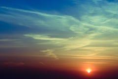 在领域的自然日落日出 明亮的剧烈的天空和黑暗的地面 在风景五颜六色的天空温暖的颜色下的风景 免版税图库摄影