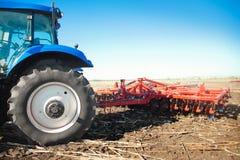 在领域的蓝色拖拉机 免版税库存照片