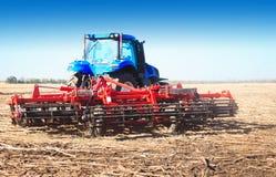 在领域的蓝色拖拉机 免版税图库摄影