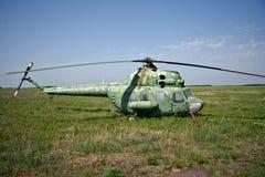 在领域的被放弃的俄国军用直升机 库存图片
