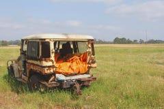 在领域的被放弃的生锈的越野车汽车击毁,澳大利亚 免版税库存图片