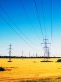 在领域的输电线 库存照片