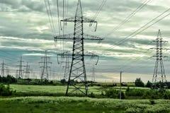 在领域的输电线 免版税库存照片