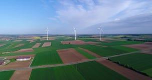 在领域的造风机,可选择能源,在一个绿色领域,可再造能源的风轮机 股票录像