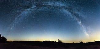 在领域的银河全景 免版税库存图片