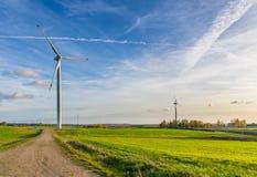在领域的风轮机在白俄罗斯 免版税库存照片