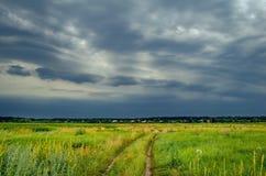 在领域的黑暗的雨暴风云 图库摄影