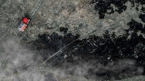 在领域,火的紧急状态烧与动物的干草,所有生物的死亡 免版税库存照片